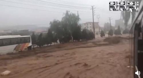 """开铲车在洪水中救下近70人,全网寻找的""""铲车英雄""""找到了!"""