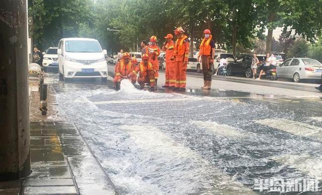 青岛消防已抵达郑州,2车28人对小区地下车库进行排水作业
