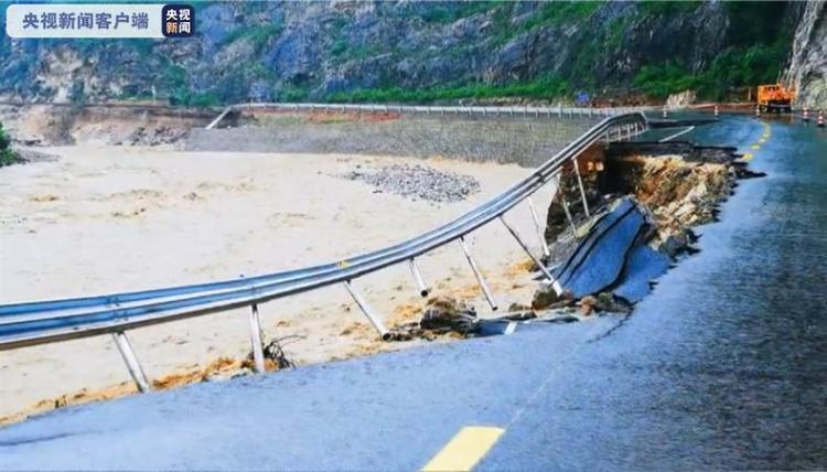 陕西洛南暴雨致多条路段受损 已转移安置群众5万多人
