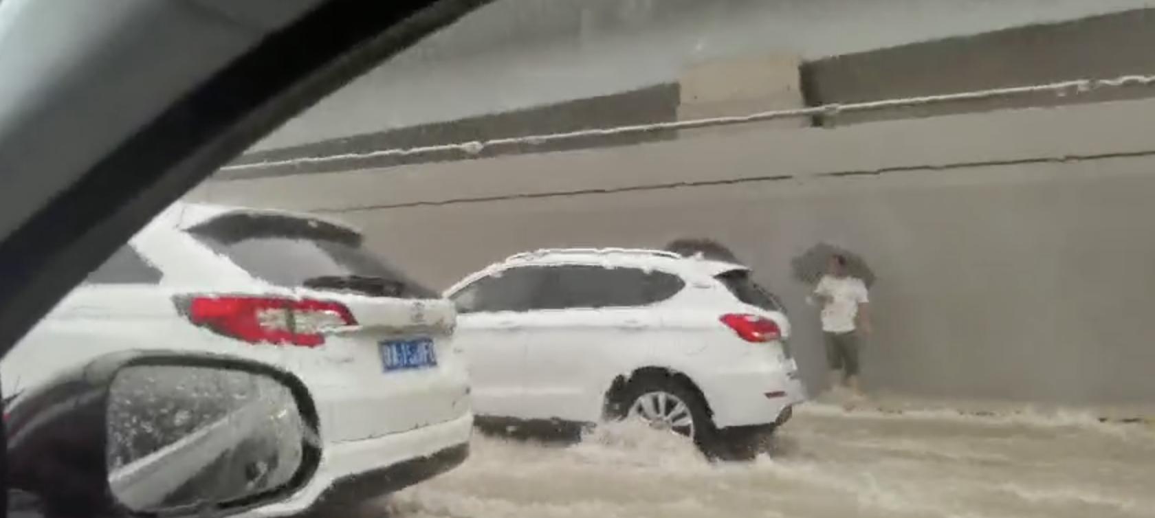 在郑州京广隧道拍车门救人的河南大哥,我们找到了