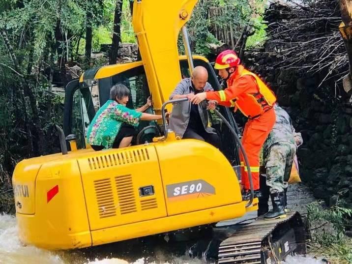 """我在现场   挖掘机,哪家强?村民遭水困,看消防如何""""摆渡"""""""