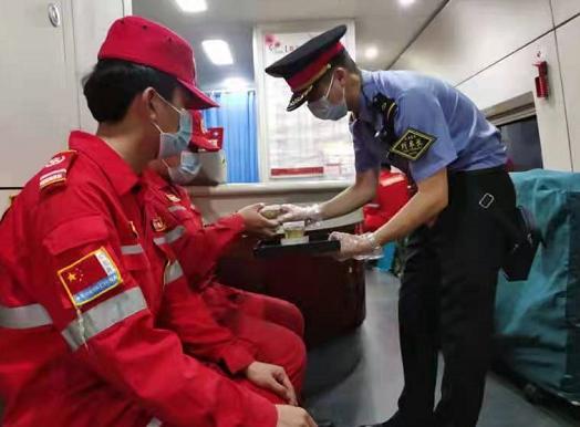 成铁贵客列车长护航抗洪救灾队员驰援郑州