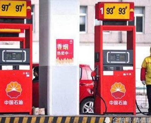 加油工偷油1秒2升,网友:谁给你的勇气,敢偷运钞车的油?