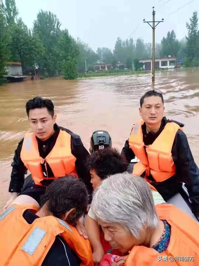 """暴雨中的河南公安力量丨卫辉俩""""旱鸭子""""民警 洪水中勇救48名受灾群众"""