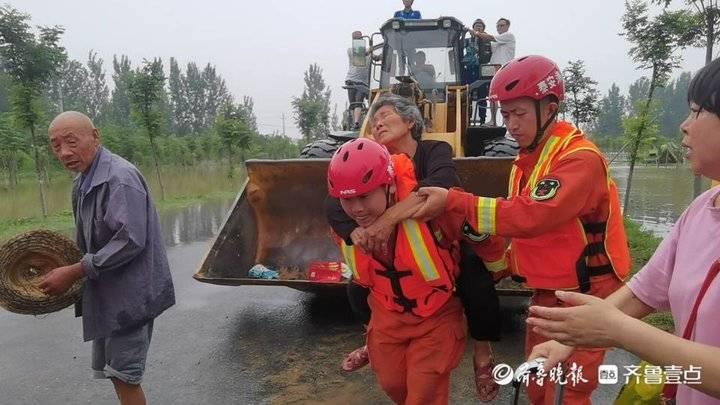 """泰安消防员订婚当天""""抛下""""未婚妻到河南救援"""