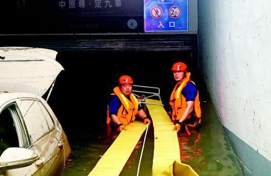 11小时!星夜驰援 青岛12辆消防车60名指战员赶往河南展开救援