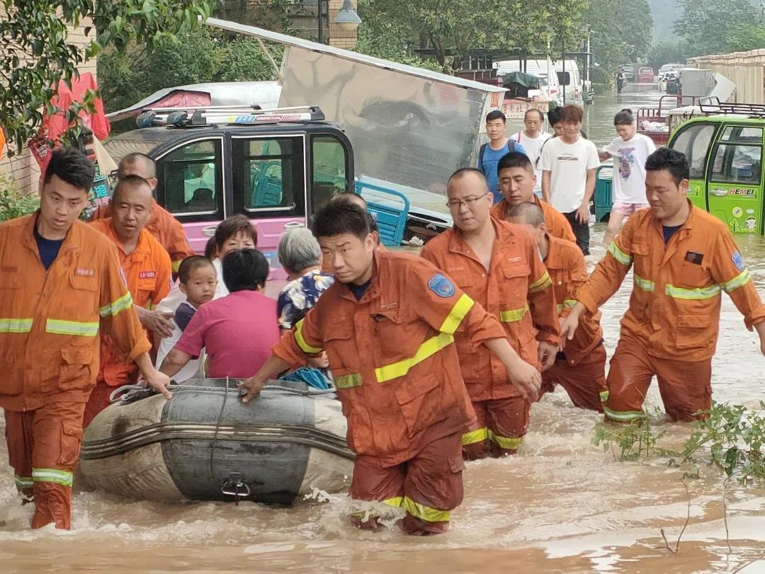 潞安化工集团应急救援队星夜驰援河南 首批81人已投入抢险