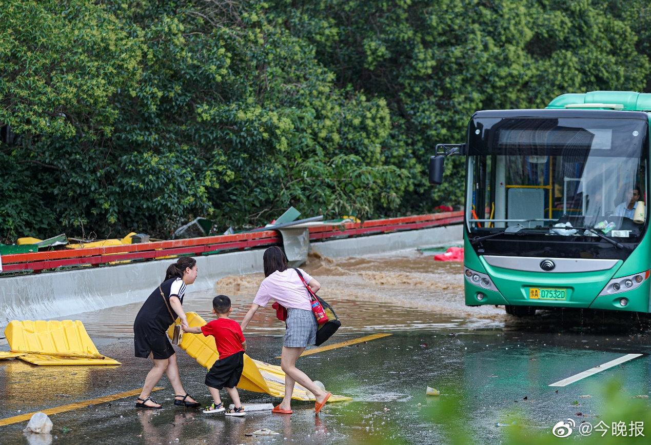 直击暴雨后的郑州 大灾有大爱患难见真情