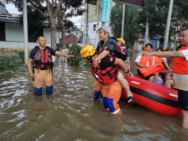 连夜奋战!菠萝救援队昨晚转移受灾群众736人