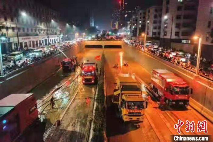 重庆市灾害事故工程抢险救援队兵分5路在河南抢险