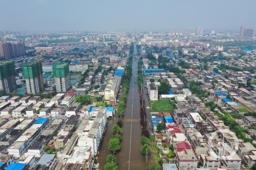 航拍洪水围困的卫辉市:天气放晴,部分路段积水未退反涨