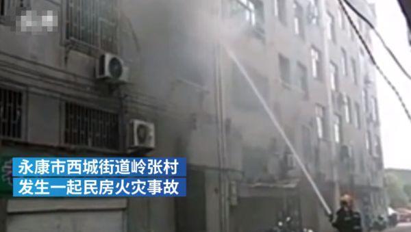 浙江一小区突然失火,消防员救出熟睡女孩,事发时女孩妈妈正抱着儿子下楼看热闹?