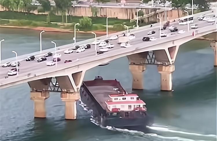 堪称惊险大片!湖南一艘运沙船撞上跨江大桥,更多详情披露