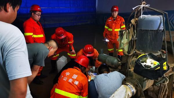 抽水泵不适用山西救援队花十余万元买新泵发往郑州 大河网记者直击鑫苑名城救灾实况