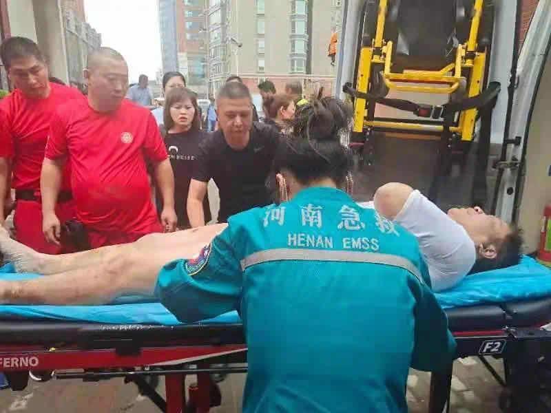 郑州一男子被困地下车库4天3夜后获救 妻子:丈夫夹缝中多次转移求生 全身多处受伤 每天都在喊救命