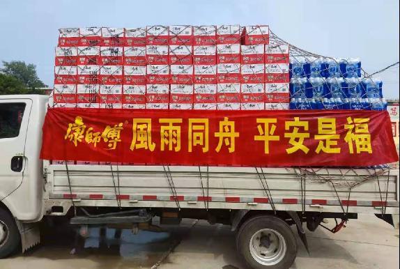 康师傅乘着铲车逆行救灾! 3万余箱物资陆续送至新乡等河南11市48个单位