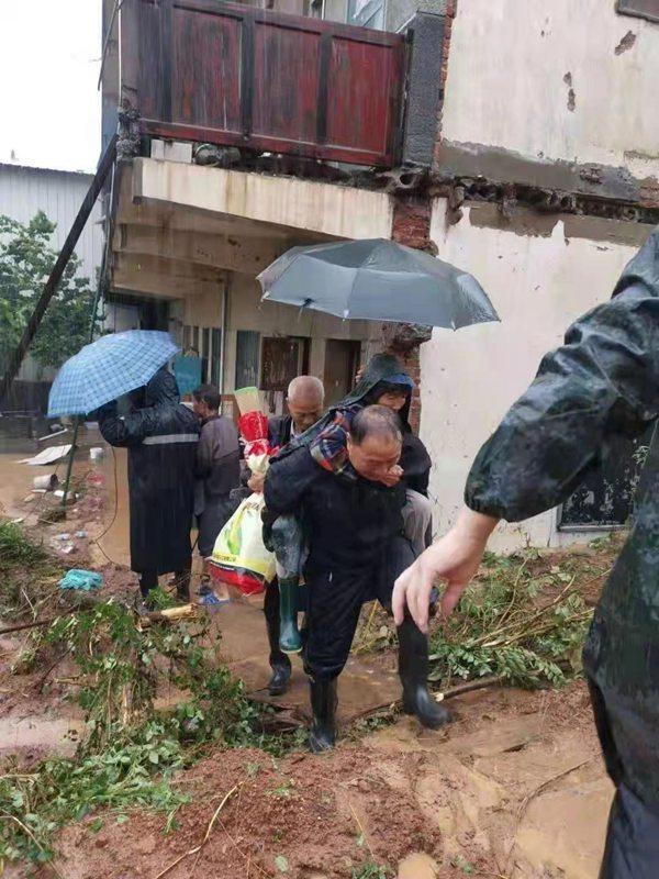 """【豫见·风雨同舟】郑州市驻村工作队就地转化""""抢险救灾队"""""""
