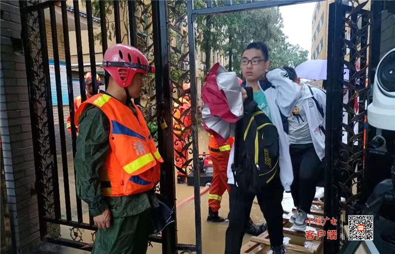 暴雨导致局部地区内涝 武当山消防救援大队紧急排险