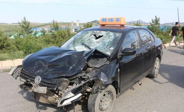 警钟!教练车出车祸,一人被撞当场……