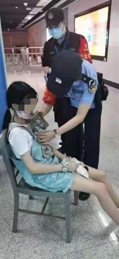 女孩逛街中暑晕倒地铁站,地铁警方及时救助让其脱离危险