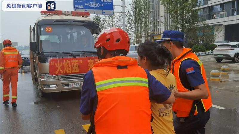 """江西援豫消防员紧急护送临产孕妇 准妈妈给宝宝取名""""蓝蓝"""""""