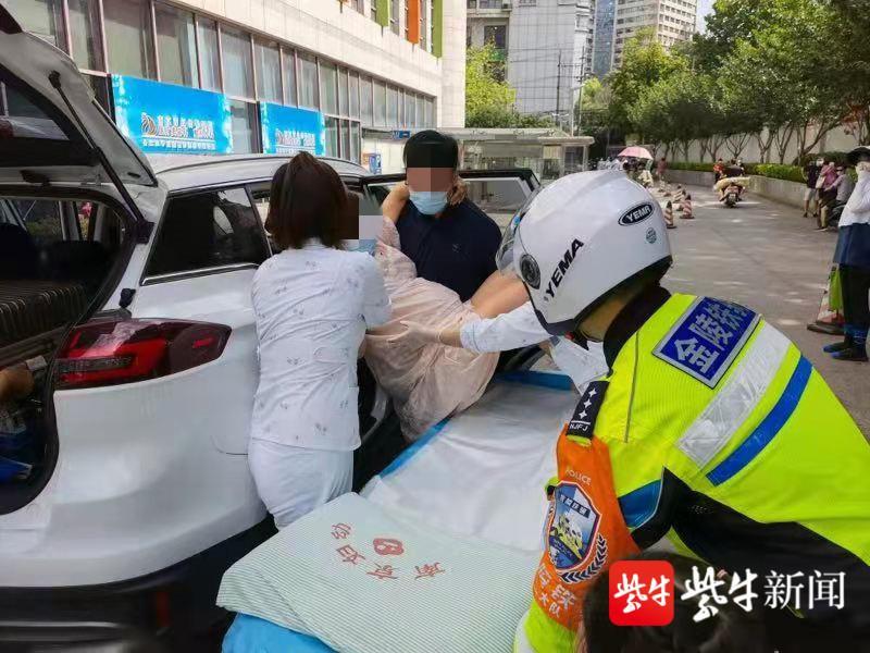 产妇羊水破了急需送至医院,铁骑队员开道护送
