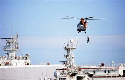 """全国首次石油平台海域通航安全风险防范演习举行 """"陆海空天""""联动 应对海上险情 扫码阅读手机版"""