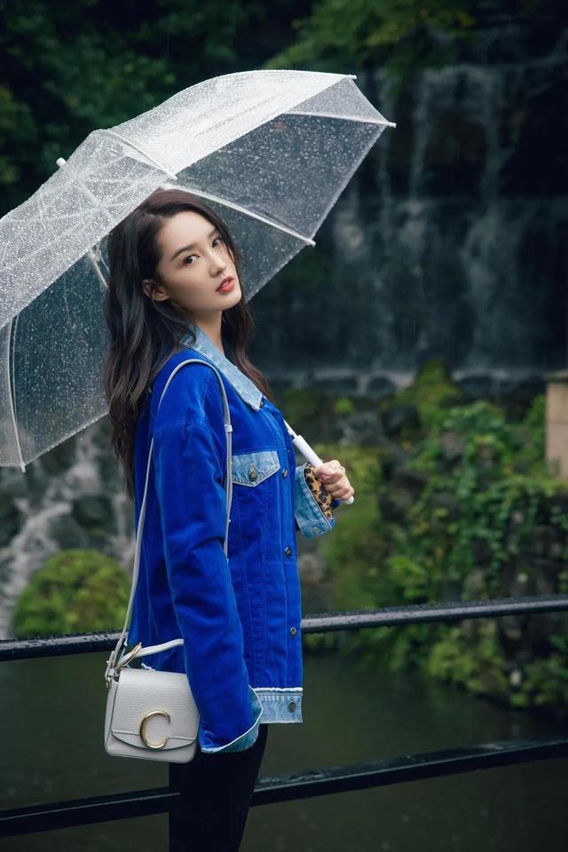 李沁身着宝蓝色牛仔外套简约随性 雨中漫步明眸动人