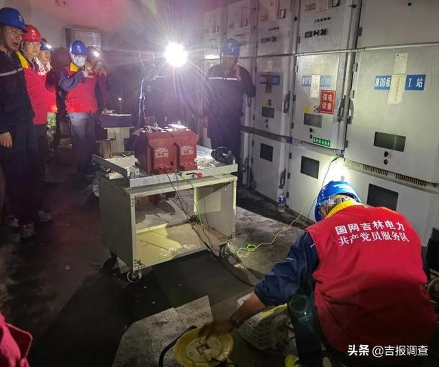 当通化供电公司电力救援队展开不间断抢修时,河南新乡居民们送来了热气腾腾的饺子