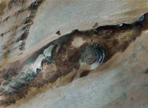"""美国飞船在太空遨游,宇航员发现地球上有只""""巨眼"""",正盯着太空"""