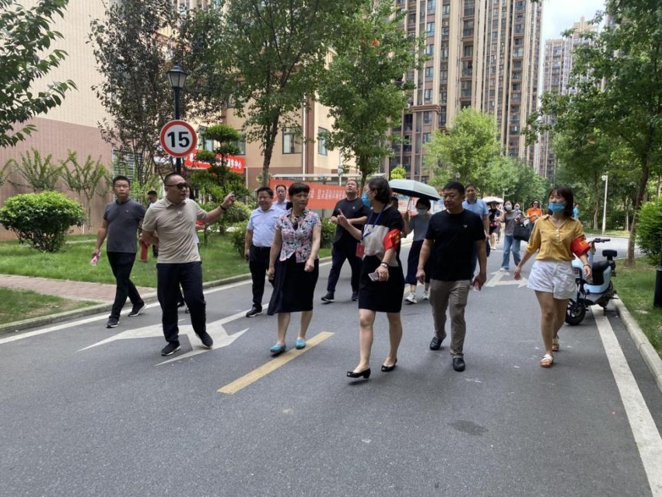 卓刀泉街道人大工委组织人大代表视察集体经济建设发展工作