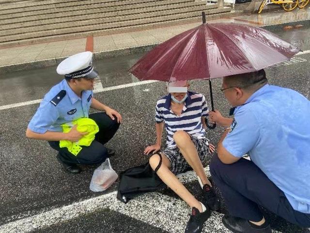 七旬老人雨天外出摔倒受伤 和平交警辅警冒雨撑伞助其及时送医