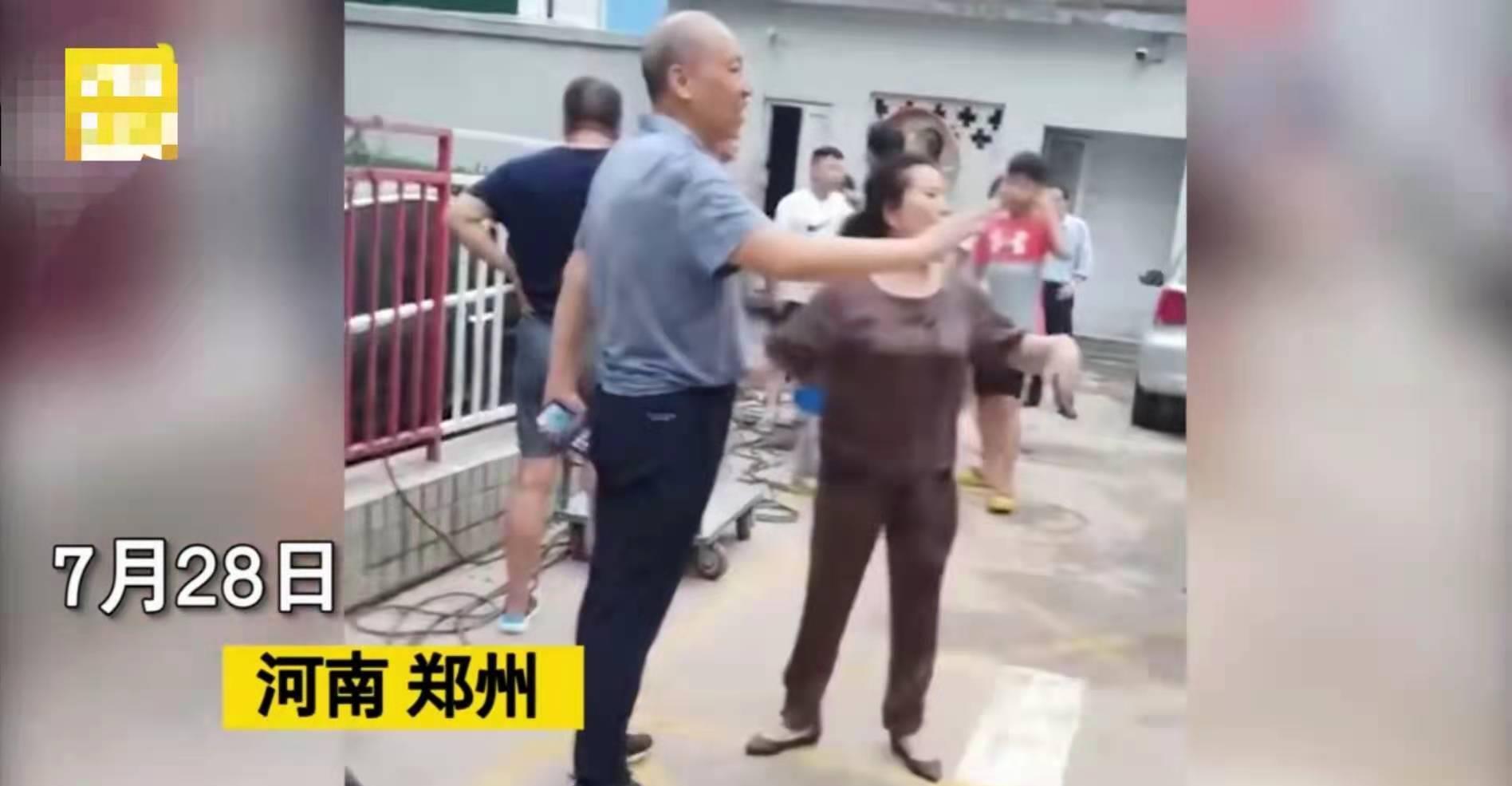 郑州奔驰堵车库出口,致全车库车辆被淹,当事人:没人通知我挪车