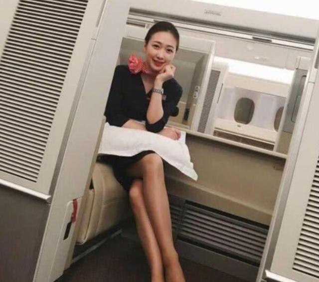 飞机上的空姐为什么都斜着腿坐,是职业要求吗?原因其实不复杂