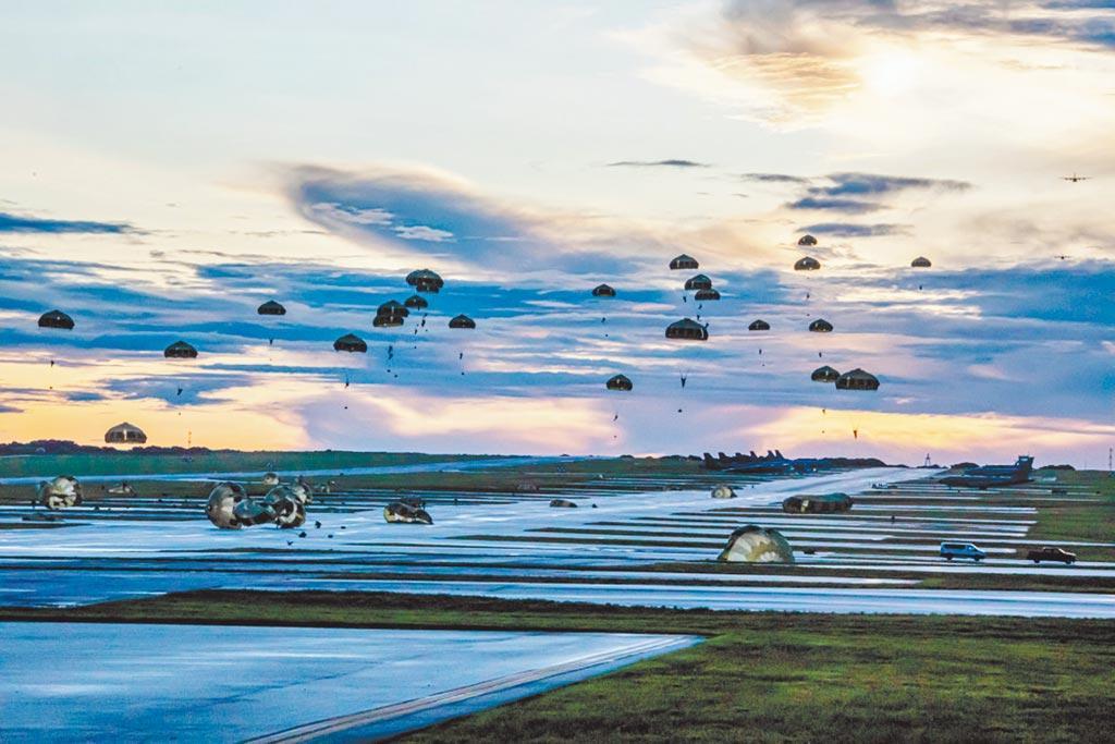 模拟长途奔袭?日本自卫队首飞关岛,美日联合空降演练,针对谁呢