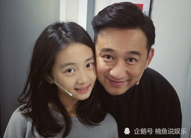 黄磊15岁女儿多多气质好美,与何炅同台演出,亭亭玉立