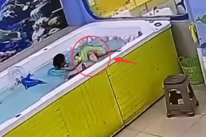 痛心!广东4岁女童泳池溺水,挣扎许久后身亡,2名女子全程在场