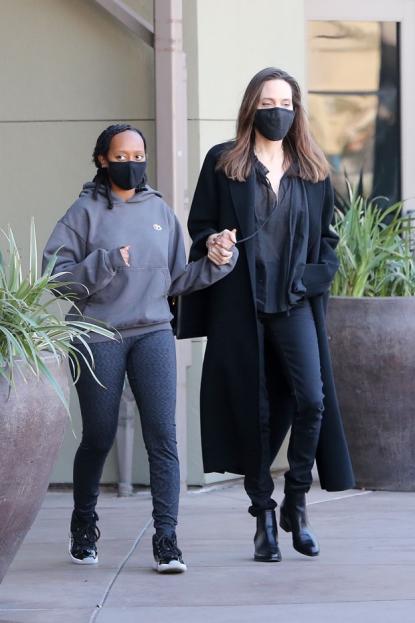 安吉丽娜朱莉母女俩出街!全黑造型优雅,16岁黑人养女扎脏辫贼酷