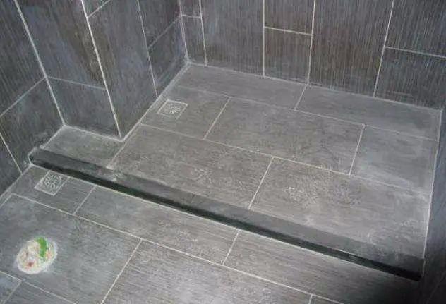 卫生间铺瓷砖记得要做坡度,易排水好处多