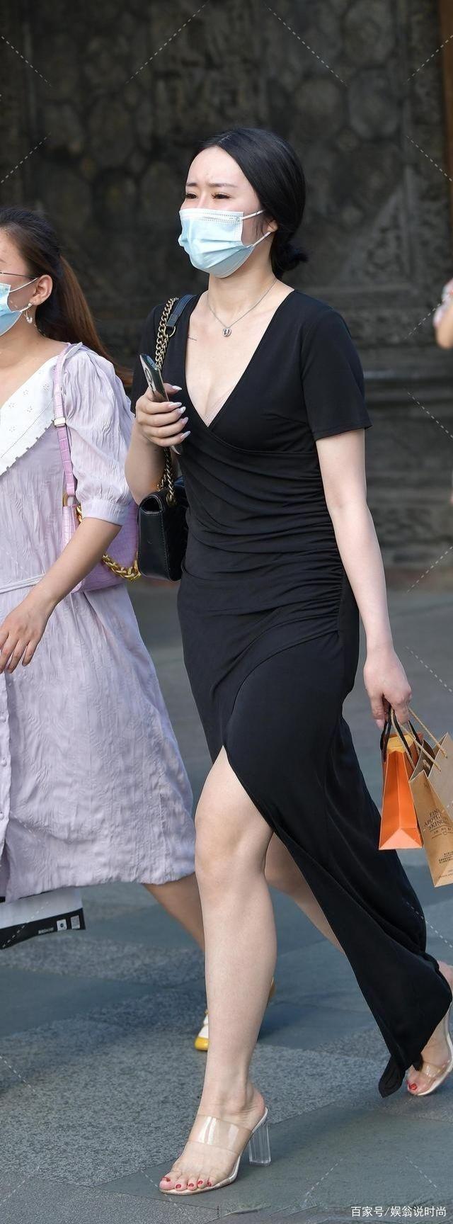 V领半袖的黑色长裙,既防晒又修身显瘦,秀出大长腿