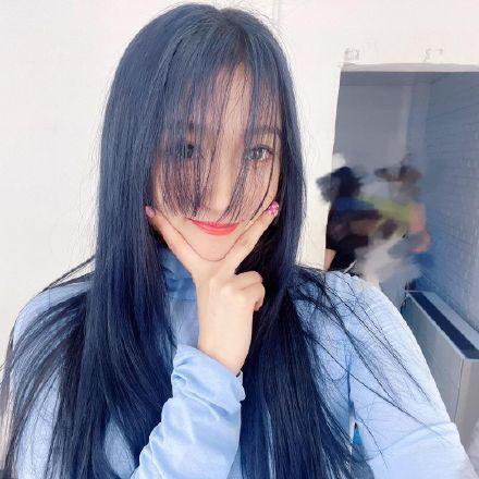 又换新发色!关晓彤染蓝发怼脸自拍 对镜头比耶笑容甜美