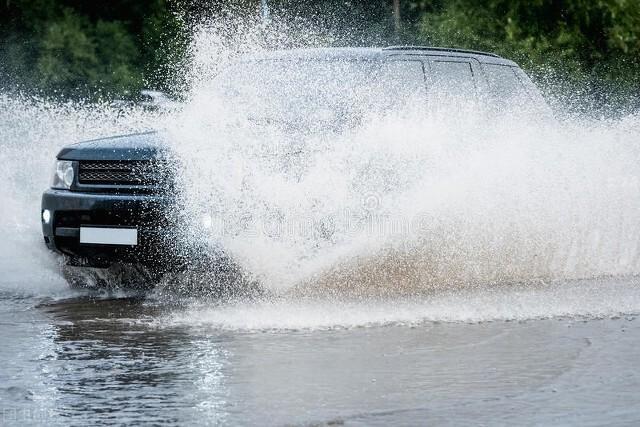 驾车溅水引矛盾 桐柏民警及时化纠纷