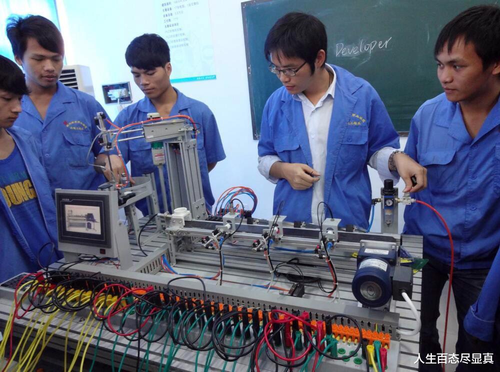 湖南一19岁职校生被机器咬断手指,学校自认无责,残疾或伴他一生