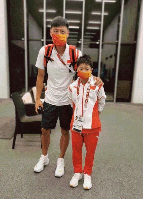 奥运冠军追星成功,晒全红婵签名玩偶,二人合影显得全红婵好小只