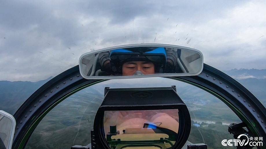"""向战而飞:看""""飞鲨""""雨中翱翔!"""