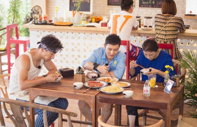 《中餐厅5》有多假?客人吃到生米粉一声不吭,赵丽颖反应好得体