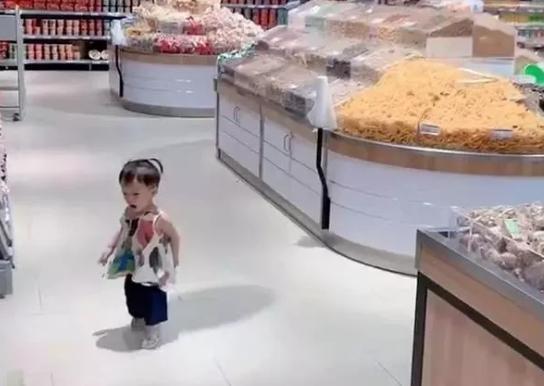 女儿逛超市经常走丢,妈妈想的办法笑翻网友,值得效仿