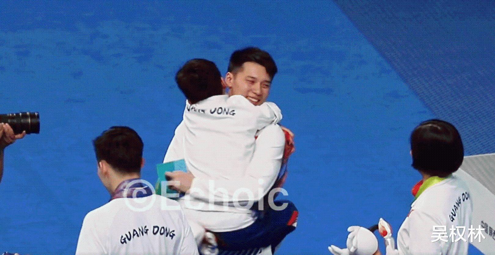 团宠!全红婵被三大奥运冠军熊抱,师哥抱着转圈圈,任茜笑得真甜