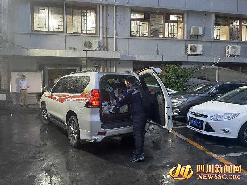 四川省地震局派出工作组前往当地协助抗震救灾工作