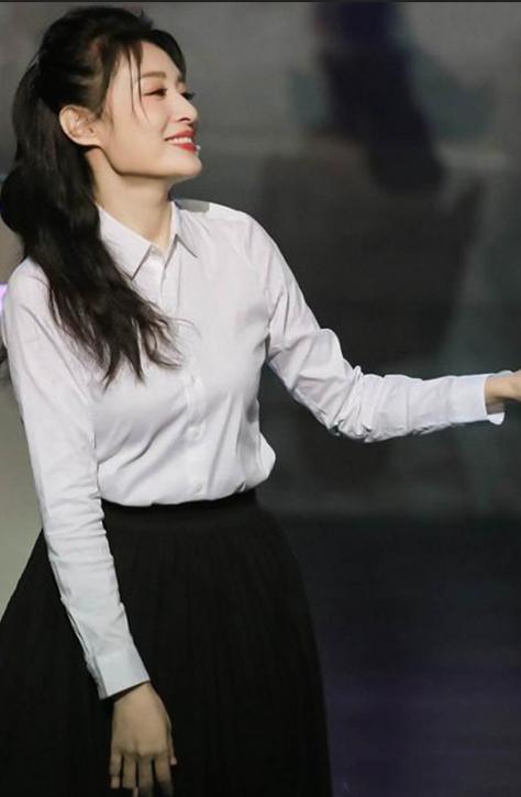周涛越活越年轻,白衬衫配黑裙穿出少女味,53岁这状态美好极了